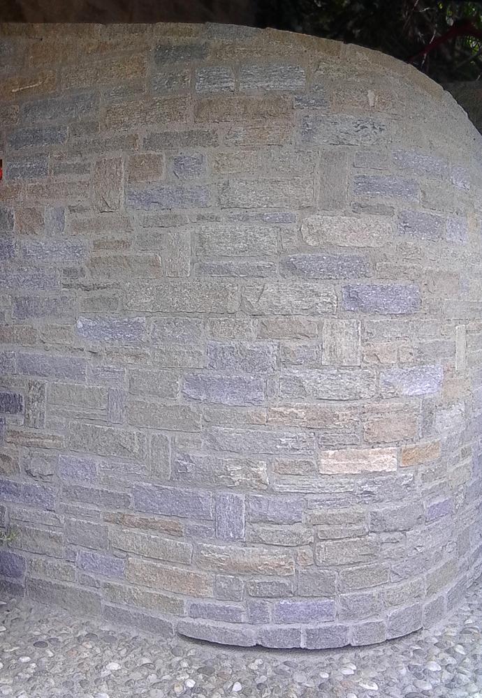 Muro-in-sassi-a-vista-con-angolo-tondo-